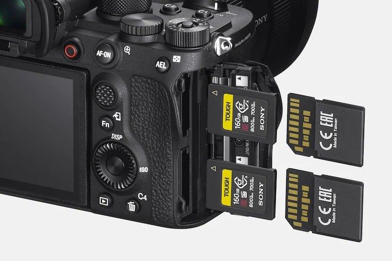 Sony A1 - Hỗ trợ 2 khe thẻ nhớ kép